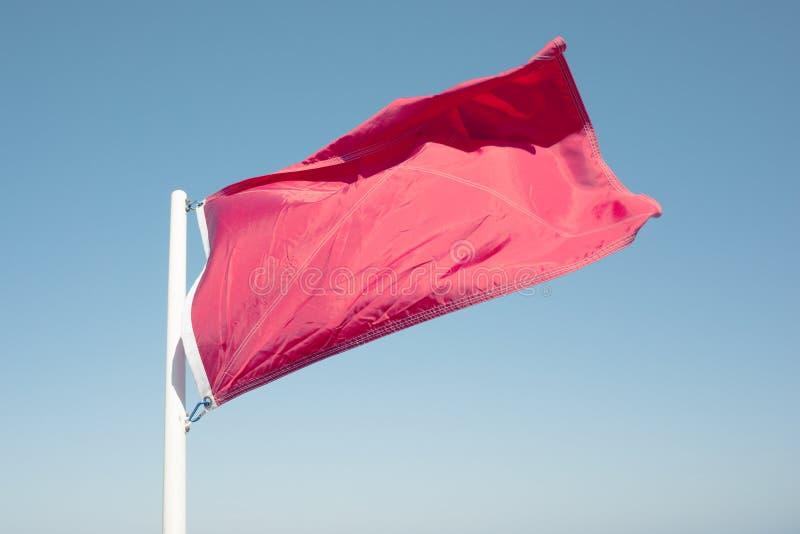 Bandiera rossa di avvertimento fotografie stock