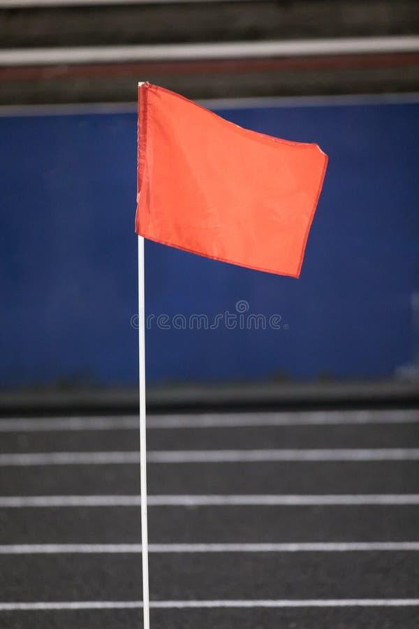 Bandiera rossa di sport sull'atletica fotografia stock