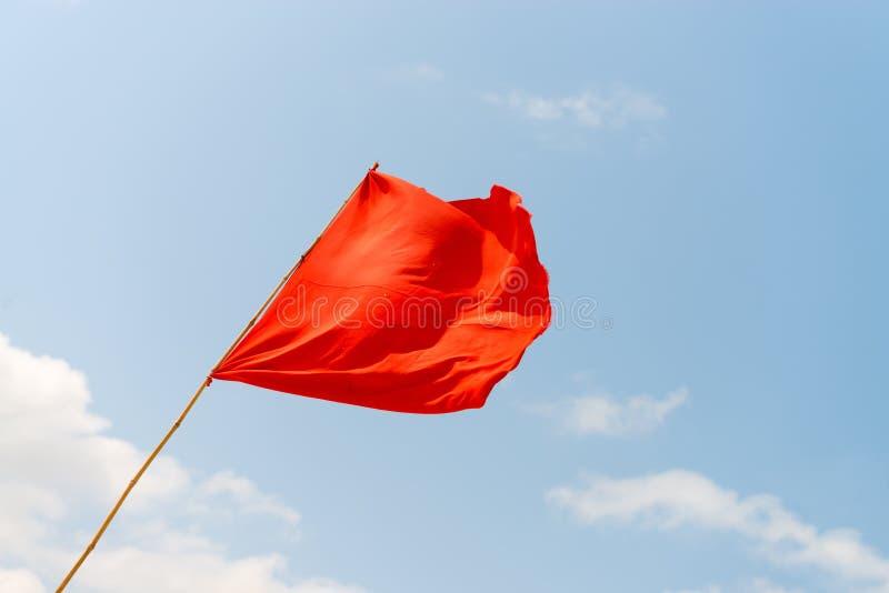 Bandiera rossa sulla spiaggia Avvertendo circa i pericoli fotografia stock libera da diritti