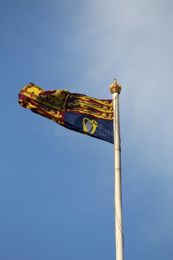 Bandiera standard reale britannica sull'asta della bandiera immagini stock libere da diritti