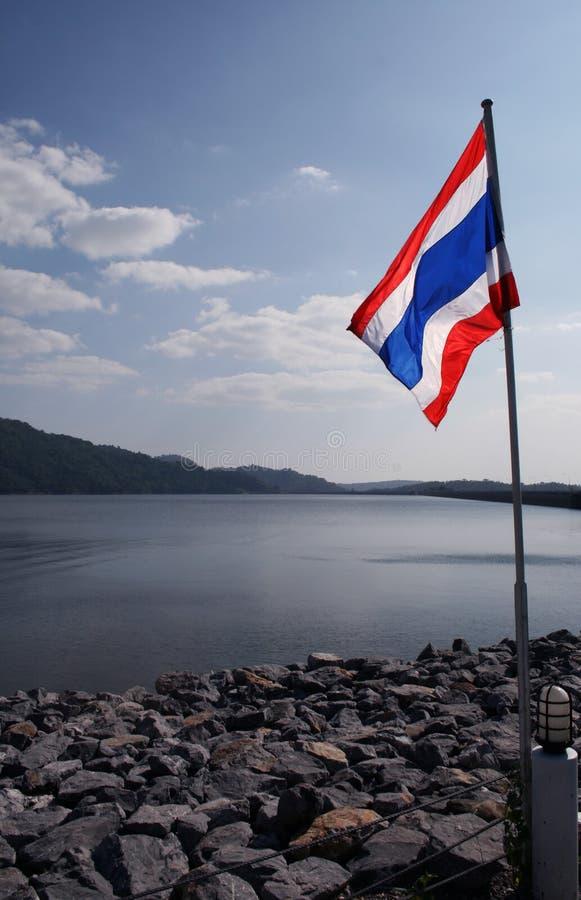 Bandiera su Khun Dan Dam immagini stock