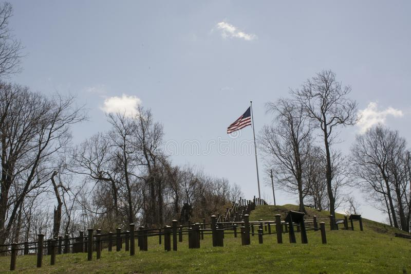 Bandiera su una collina immagine stock libera da diritti