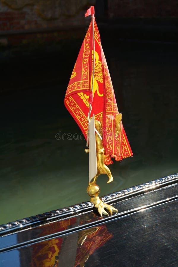 Bandiera tradizionale sulla gondola, Venezia, Italia fotografia stock