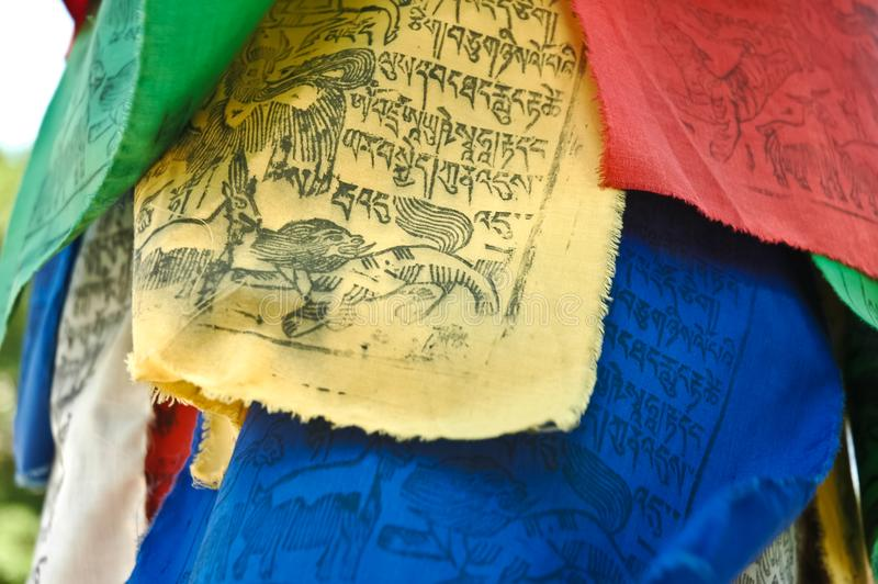 Bandiera tradizionale tibetana delle lettere in tempio immagini stock libere da diritti