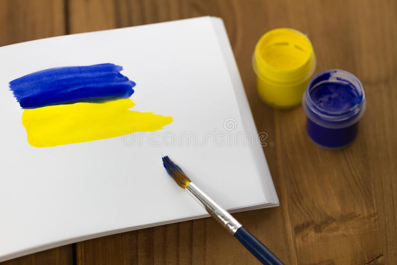 Bandiera ucraina dipinta sullo sketchbook fotografia stock libera da diritti