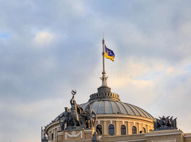 Bandiera ucraina sulla stazione ferroviaria storica di Odessa fotografie stock