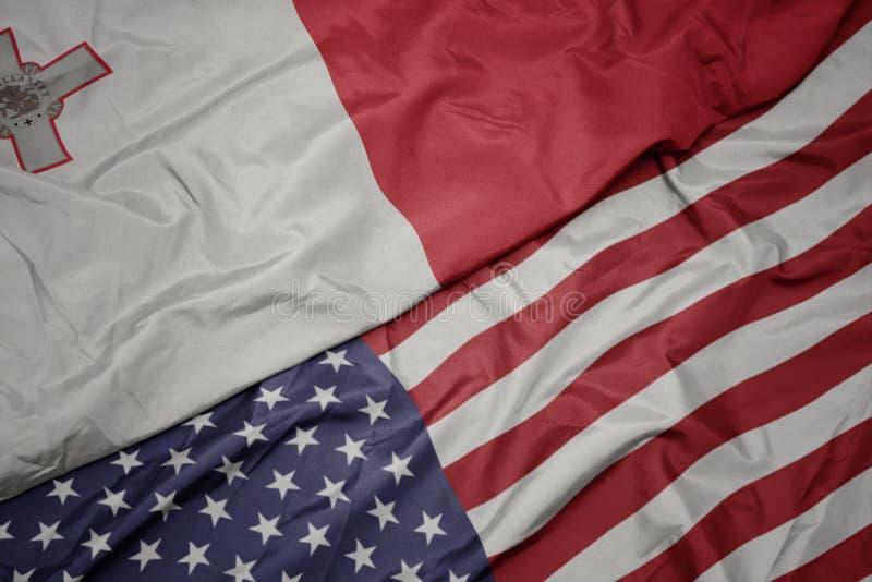bandiera variopinta d'ondeggiamento degli Stati Uniti d'America e bandiera nazionale di Malta Macro immagine stock libera da diritti