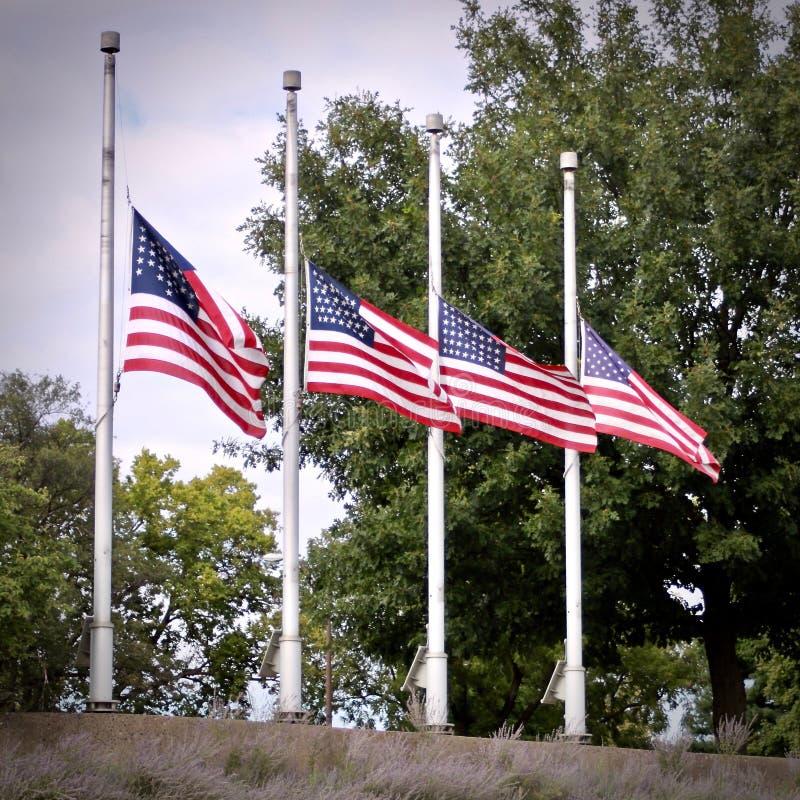 4 bandiere americane al mezz'asta fotografie stock libere da diritti