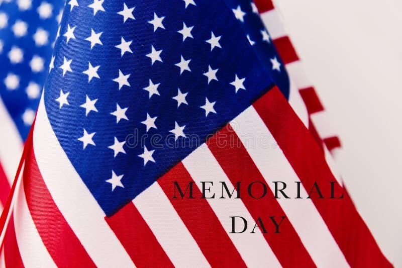 Bandiere americane e Giorno dei Caduti del testo fotografia stock libera da diritti