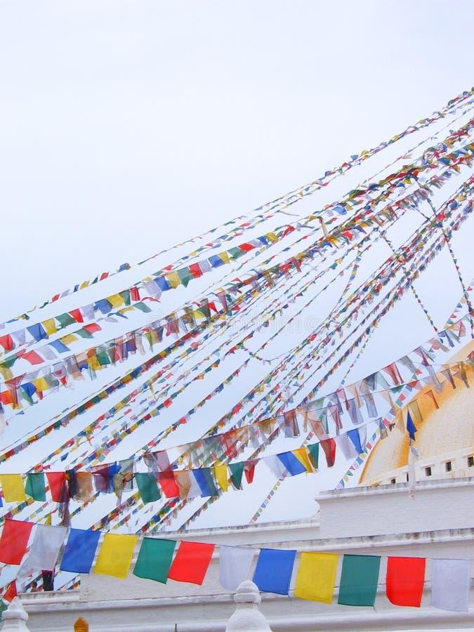 Bandiere colorate al più grande buddista di Kathmandu stupa, il Boudhanath stupa fotografia stock libera da diritti