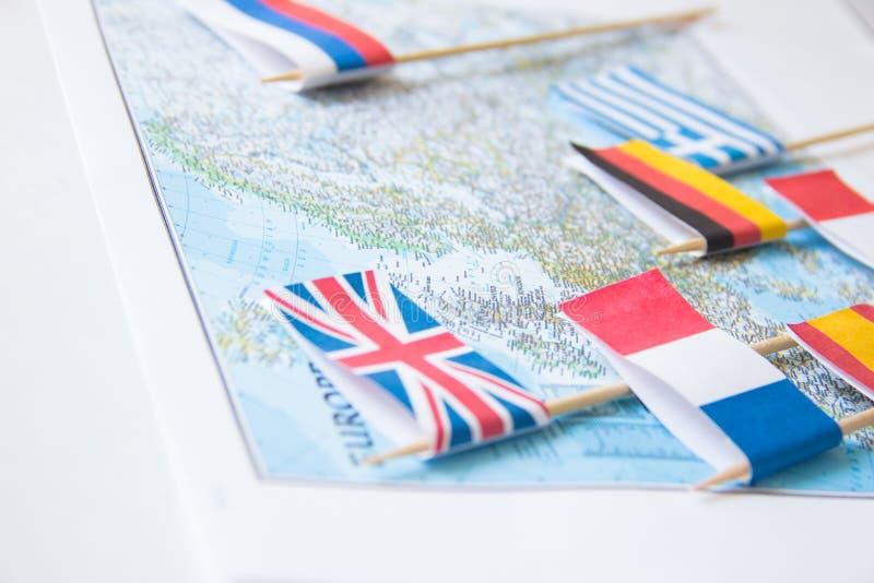 Bandiere colorate dei paesi europei su una mappa: La Francia, Italia, Inghilterra Regno Unito, Spagna, Grecia, concetto di pianif fotografie stock libere da diritti