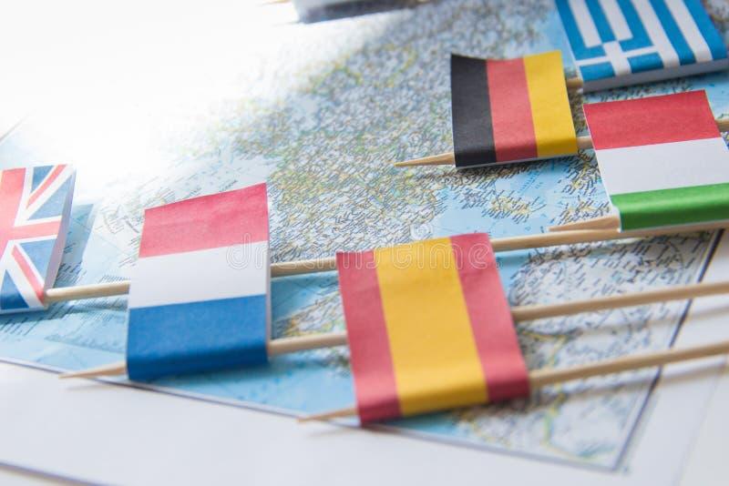 Bandiere colorate dei paesi europei su una mappa: La Francia, Italia, Inghilterra Regno Unito, Spagna, Grecia, concetto di pianif fotografia stock libera da diritti