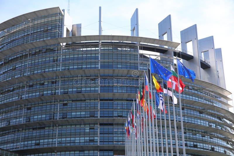 Bandiere dei membri di UE davanti alla costruzione del Parlamento Europeo a Strasburgo fotografie stock libere da diritti