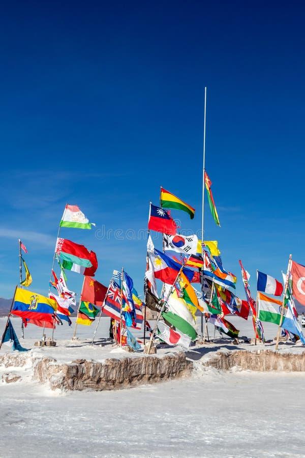 Bandiere del volo del mondo fuori dell'hotel del sale del BLANCA di Playa su Salar de Uyuni fotografia stock