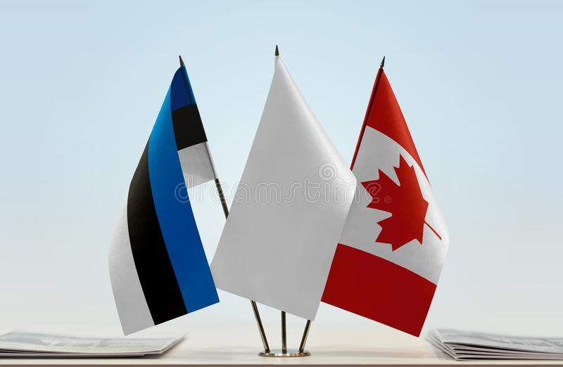 Bandiere dell'Estonia e del Canada fotografie stock