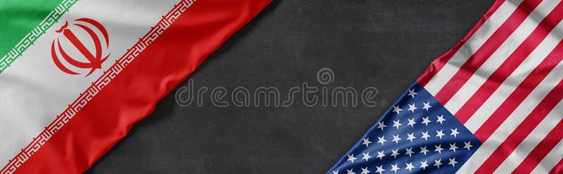 Bandiere dell'Iran e degli Stati Uniti d'America con spazio per copie fotografia stock libera da diritti