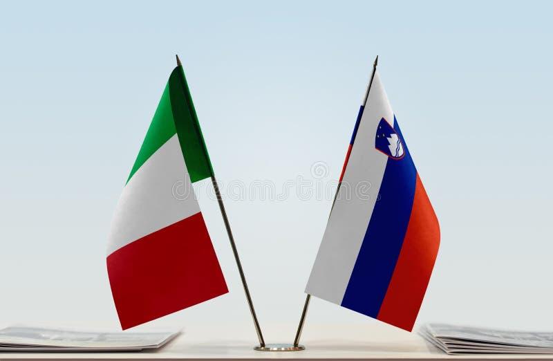 Bandiere dell'Italia e della Slovenia fotografia stock