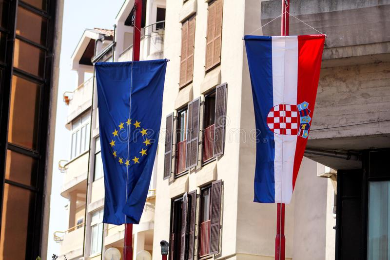 Bandiere dell'Unione Europea e della Croazia sulla via fotografia stock