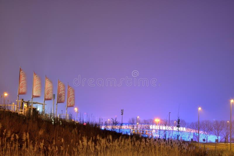 Bandiere della coca-cola, ramo belga a Gand alla notte e stadio di football americano dell'arena di ghalemco fotografia stock