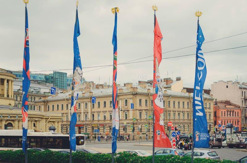 Bandiere della coppa del Mondo della FIFA in Russia che adula nel vento Coppa del Mondo Russia 2018 di calcio immagini stock