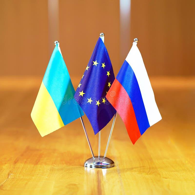 Bandiere della Russia, Unione Europea e dell'Ucraina immagini stock