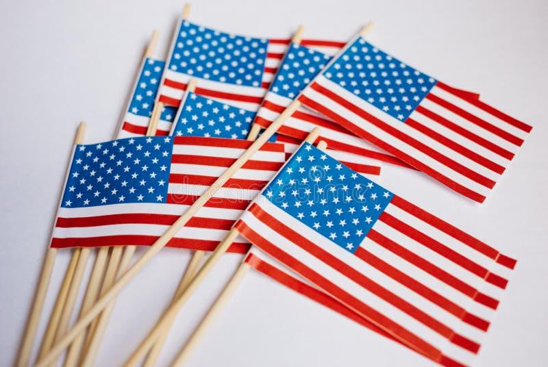 Bandiere di carta miniatura U.S.A. Bandiera americana su priorità bassa bianca fotografie stock libere da diritti