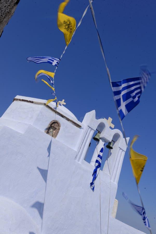 Bandiere greche che volano sulla chiesa fotografia stock libera da diritti