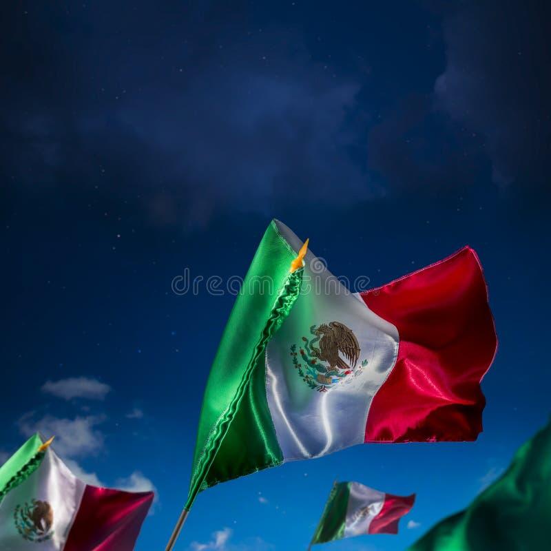 Bandiere messicane contro un cielo notturno, festa dell'indipendenza, cinco de ma immagine stock libera da diritti