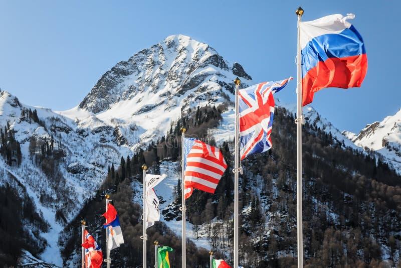 Bandiere nazionali della Russia, della Gran Bretagna, di U.S.A. e di altri paesi ondeggianti nel vento immagini stock libere da diritti