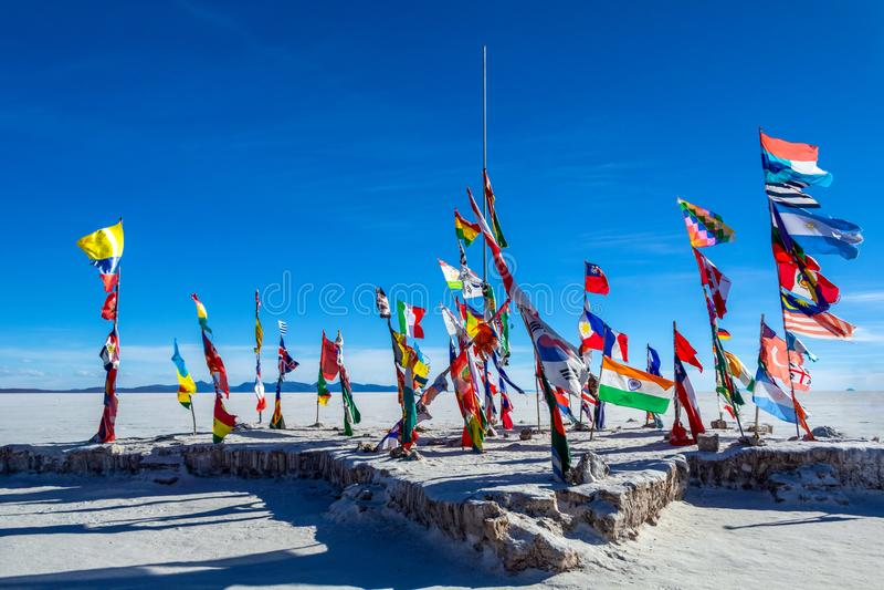 Bandiere variopinte da ogni parte del mondo agli appartamenti del sale di Uyuni, Bolivia, Sudamerica fotografie stock libere da diritti