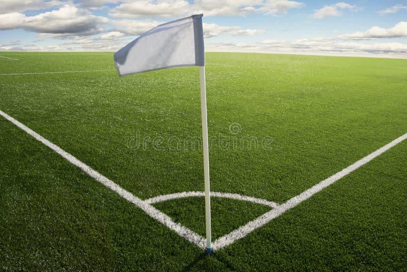 Bandierina d'angolo sul campo di calcio immagini stock libere da diritti