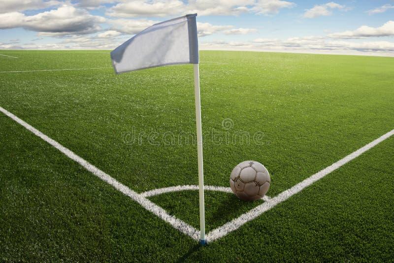 Bandierina d'angolo sul campo di calcio fotografia stock
