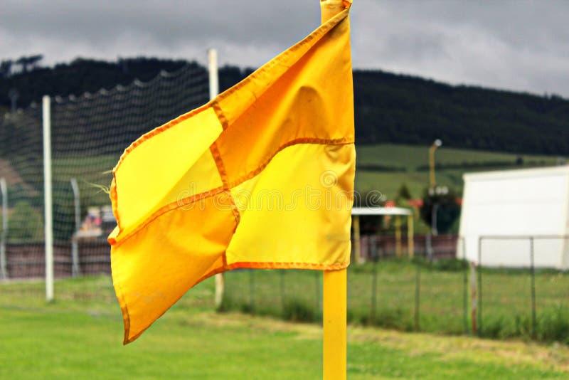 Bandierina d'angolo sul campo di calcio immagine stock libera da diritti