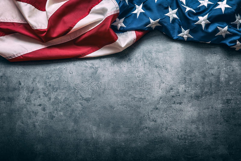 Bandierina degli S Bandiera americana Bandiera americana che si trova liberamente sul fondo concreto Colpo dello studio del primo immagine stock