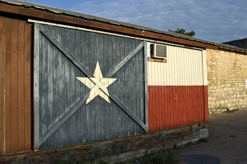 Bandierina del Texas verniciata su costruzione storica fotografia stock