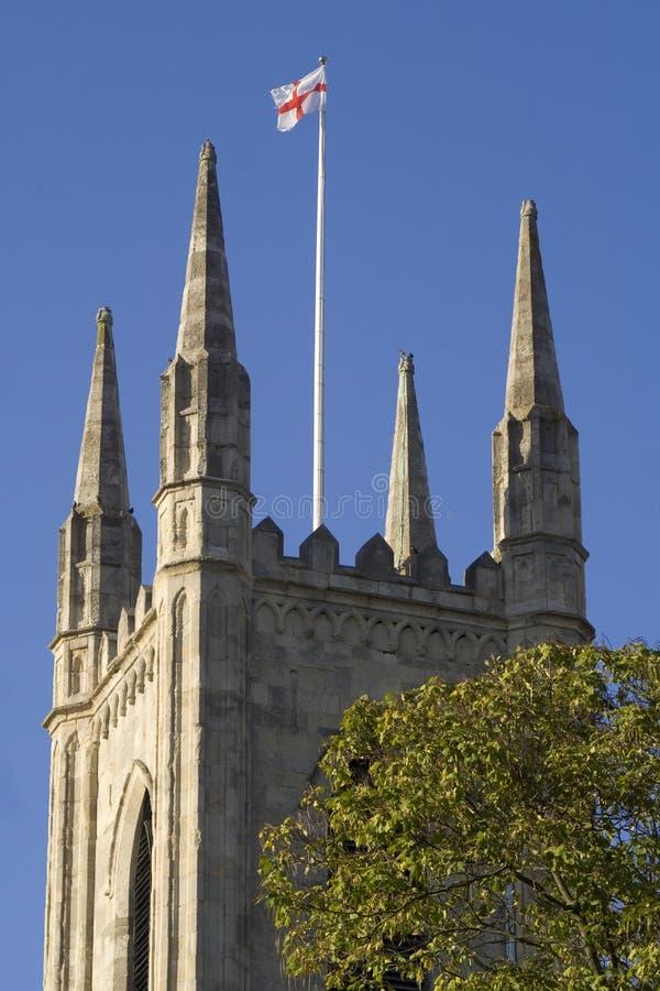 Bandierina dell'Inghilterra sopra la chiesa inglese fotografie stock