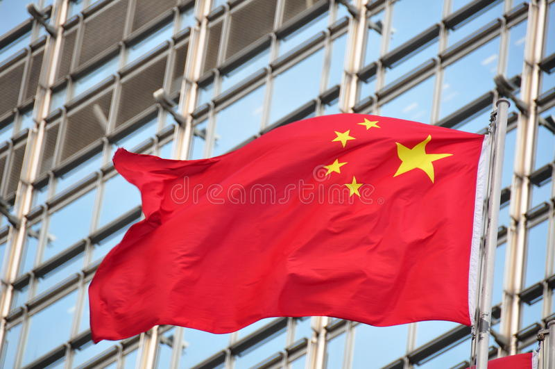 Bandierina della Cina davanti a costruzione immagine stock libera da diritti