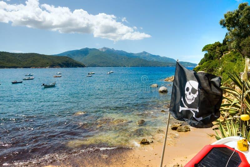 Bandierina di pirata in spiaggia di Forno, isola dell'Elba immagini stock libere da diritti