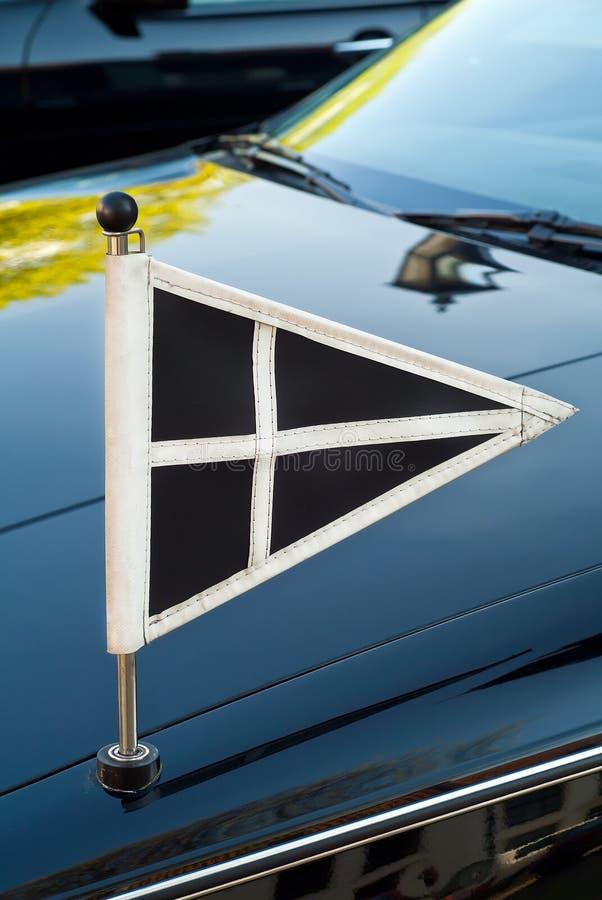 Bandierina su un'automobile funerea immagini stock