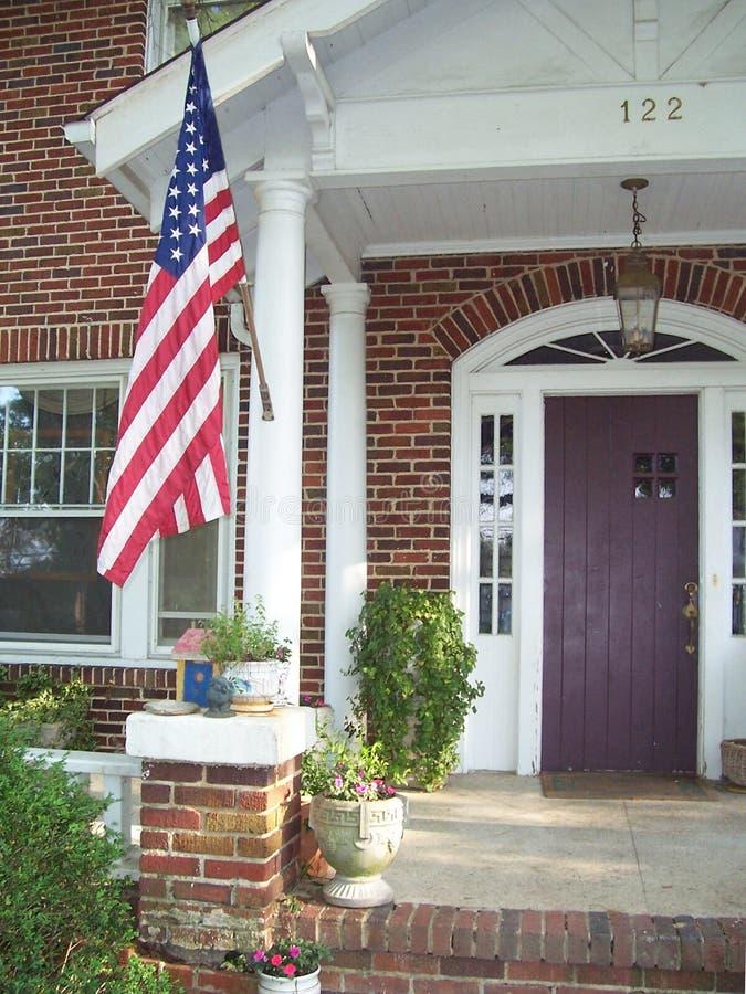 Bandierina sul portico di vecchia casa immagine stock libera da diritti