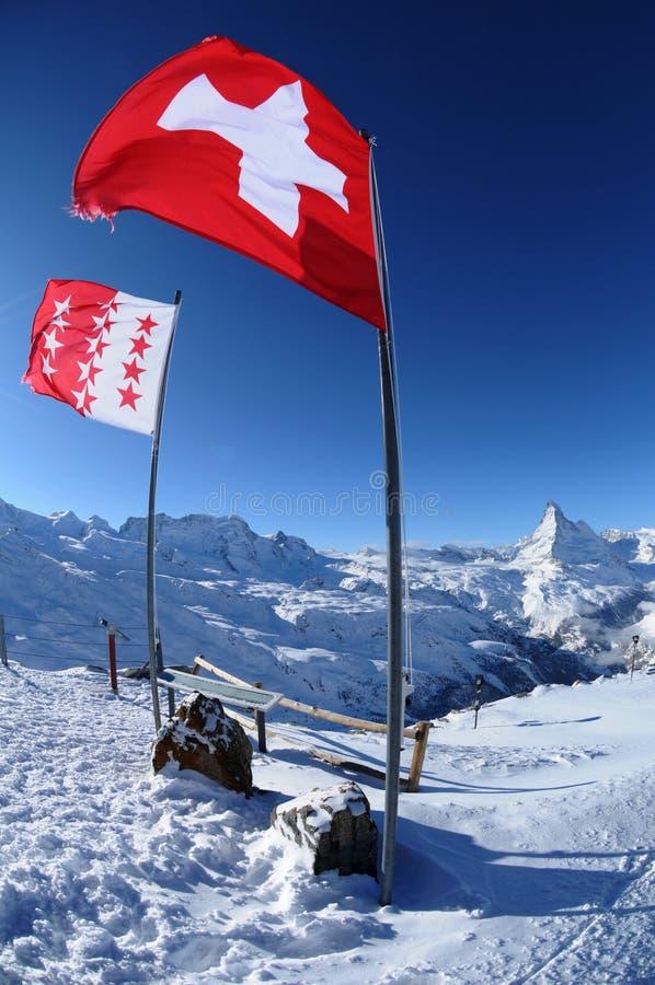 Bandierina svizzera sulla montagna immagine stock libera da diritti