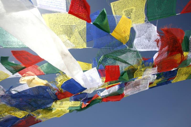 Bandierine di preghiera che galleggiano nel vento fotografia stock libera da diritti