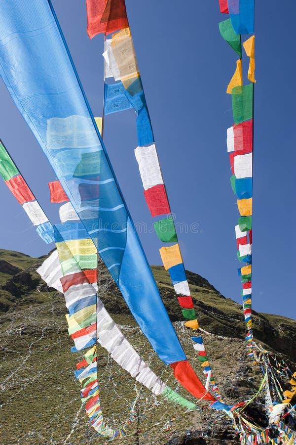Bandierine tibetane di preghiera a Lhasa fotografia stock