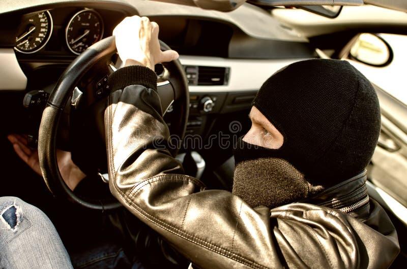Bandiet die een auto steelt. royalty-vrije stock fotografie