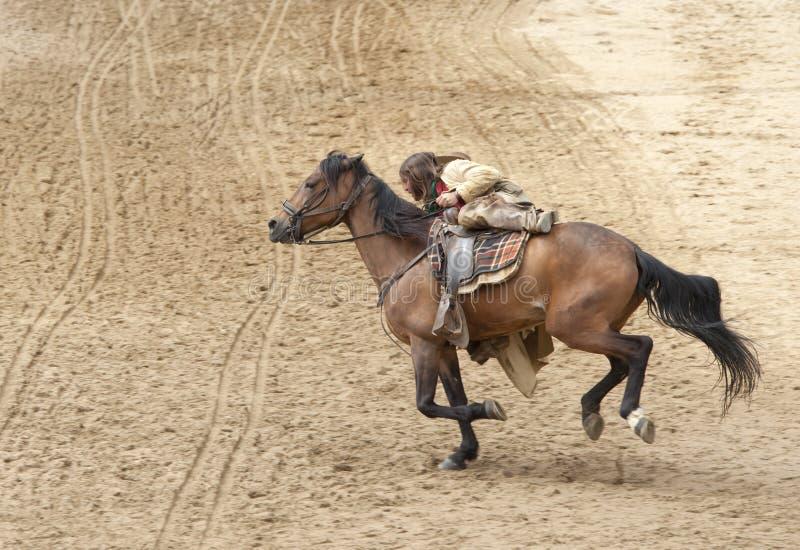 Bandiet die zijn paard berijdt royalty-vrije stock afbeeldingen