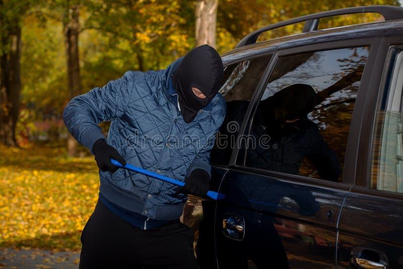 Download Bandiet Opennig De Deur Van De Auto Stock Foto - Afbeelding bestaande uit burglary, slot: 39100872