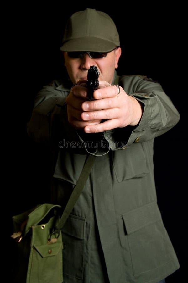 Bandit armé militaire déguisé photographie stock libre de droits