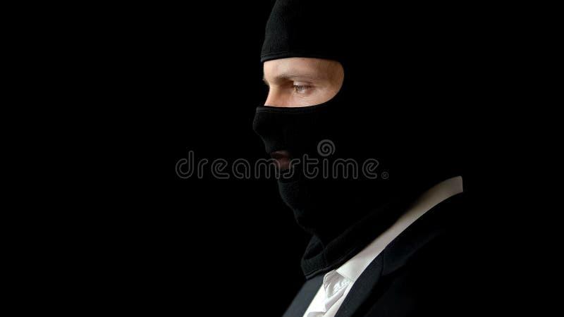 Bandit dans le costume et passe-montagne prêt pour le crime, affaire illégale d'affaires, le commerce image libre de droits