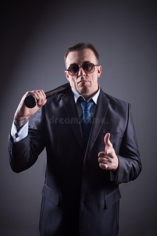 Bandit masculin avec la batte de baseball photographie stock libre de droits