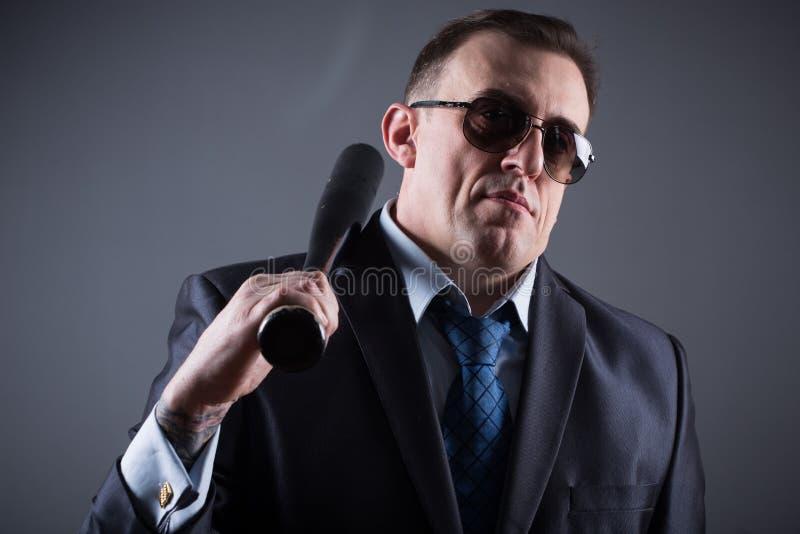 Bandit masculin avec la batte de baseball image stock